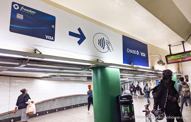 NFC決済を推進するNY地下鉄の壁張り広告