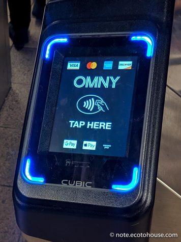 NFCコンタクトレス決済のニューヨーク地下鉄自動改札(ここにタップ)